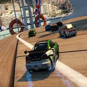 Écrasement d'ennemis dans Table Top Racing World Tour